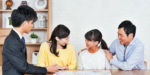 娘の塾の相談をする先生と両親