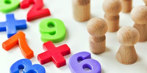 数字のパズルで遊ぶ子供たち