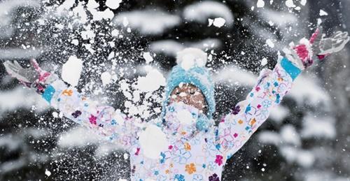雪の中で遊ぶ女の子