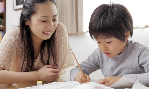 息子の勉強を見るママ
