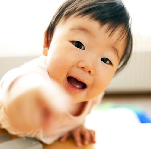 抱っこをせがむ可愛い赤ちゃん