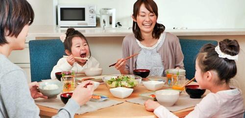 一家団欒で楽しい夕食