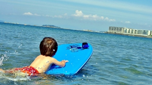 湖で泳ぎの練習をする男の子