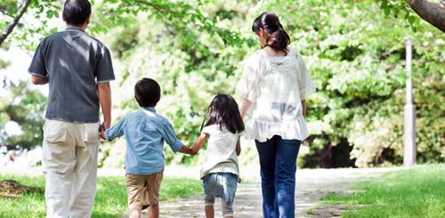 子供2人と散歩するパパとママ