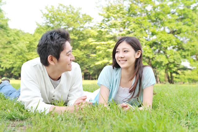 草原でデートする女性と男性