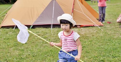 キャンプ場で虫取りをする女の子