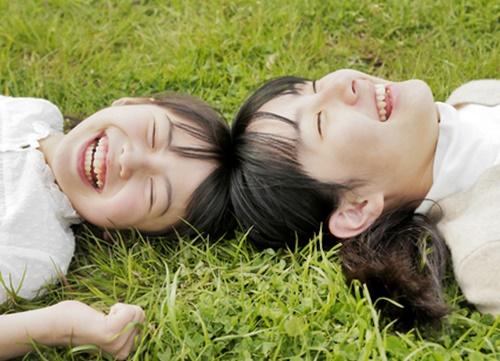 遊び疲れても楽しそうなママと女の子