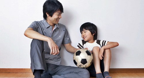 子供と触れ合うパパ
