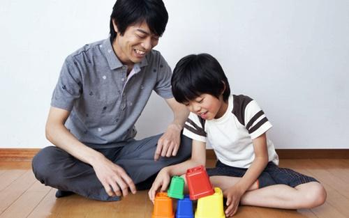 パパと遊ぶ男の子