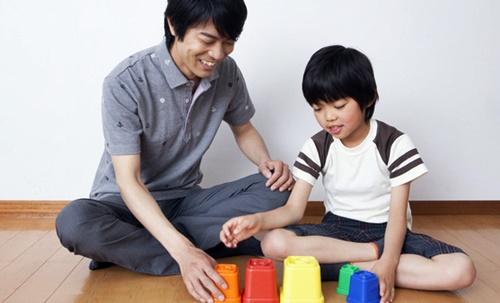 パパと楽しく遊ぶ男の子