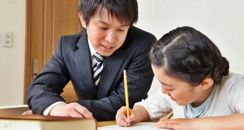 家庭教師と勉強する女の子