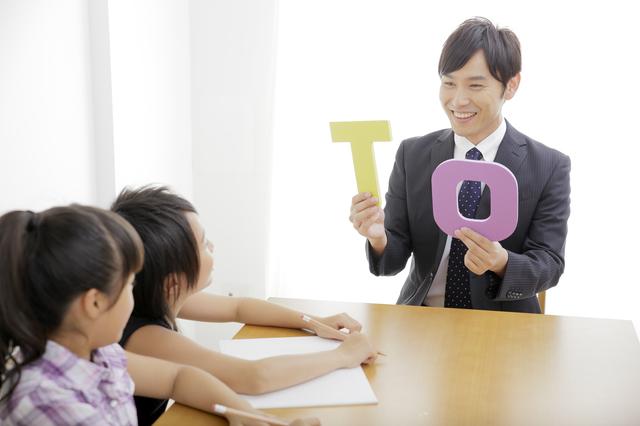 英語を習う男の子と女の子