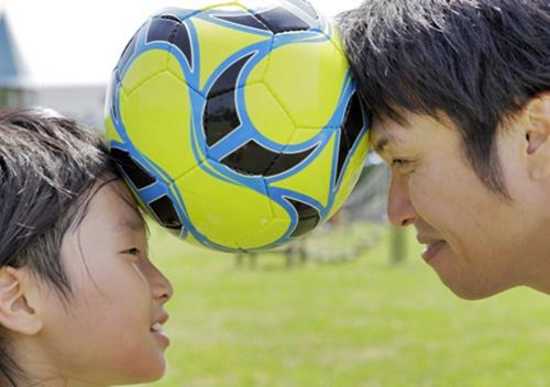 パパとサッカーする男の子