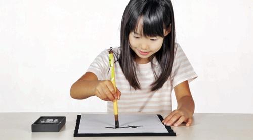 習字を習う女の子