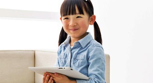 楽しくタブレットで遊ぶ女の子