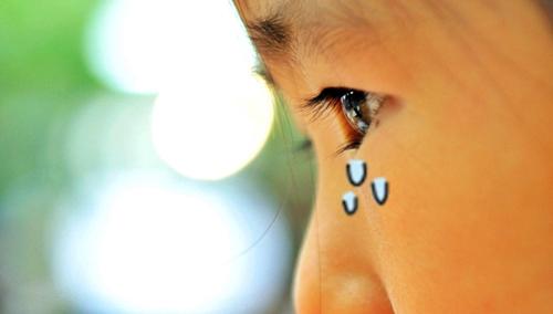 パパが遊んでくれないと泣く女の子