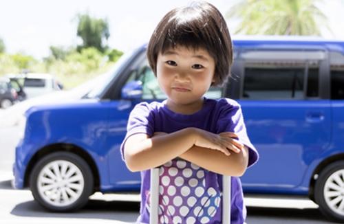 レンタカーでドライブに行く3歳の男の子