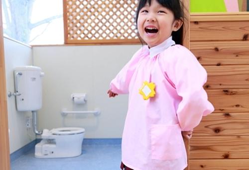 自分でトイレできたと喜ぶ女の子