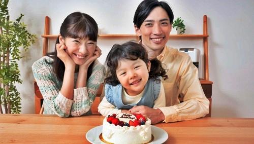 子供の誕生日にケーキでパパとママがお祝い