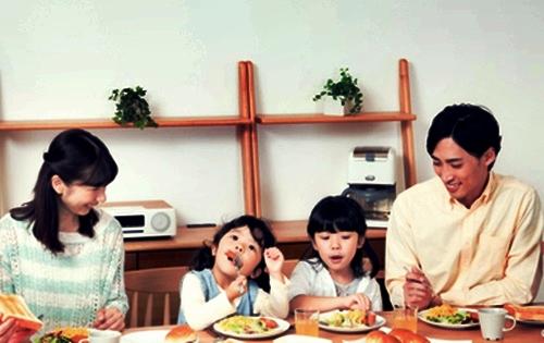 楽しい食事風景姉妹とパパとママ