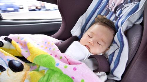 ドライブ中チャイルドシートでお眠の赤ちゃん