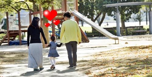 パパとママと散歩して嬉しい女の子