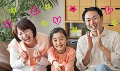 笑顔の女の子とパパとママ