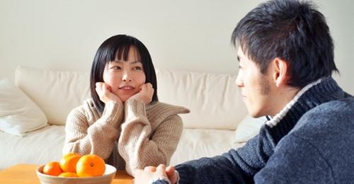子供と遊ぶことを話し合うパパとママ