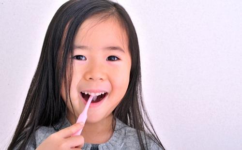 自分で歯磨きができて嬉しい女の子