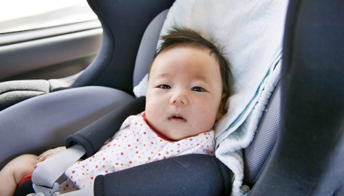 チャイルドシートでご機嫌な赤ちゃん