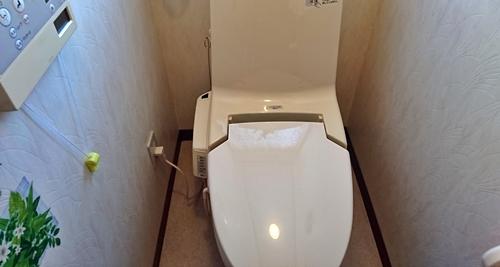 掃除道具が無くなってスッキリしたトイレ