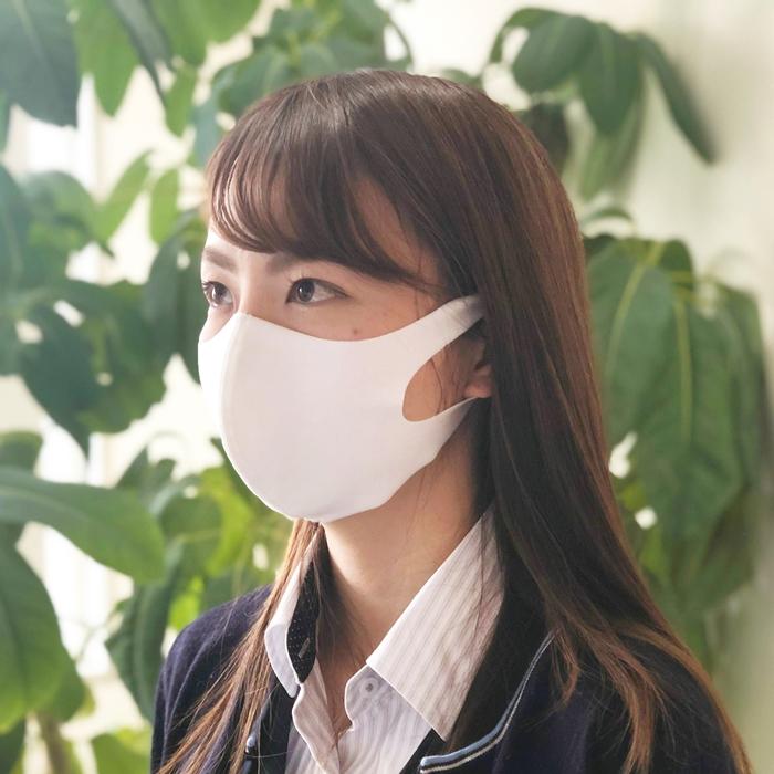洗える超伸縮フィットマスクを使う女性